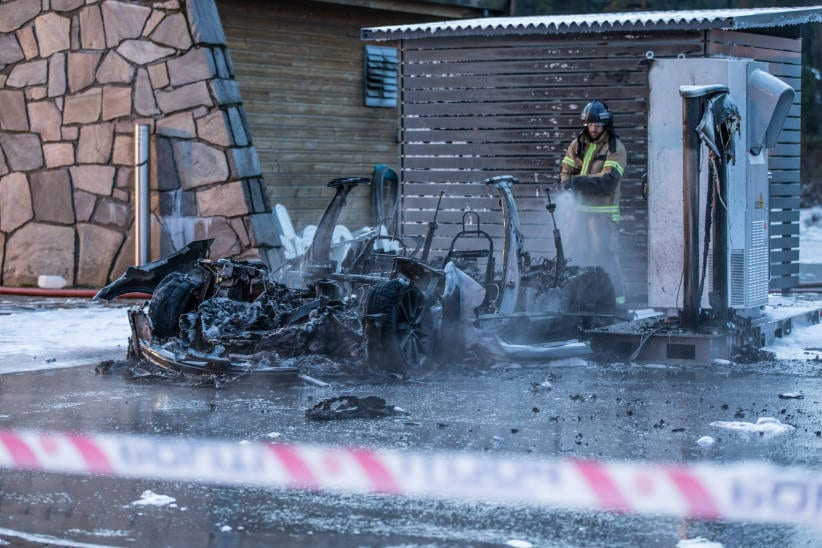 Tesla-Model-S-Fire-Wreckage-Firefighter-Norway
